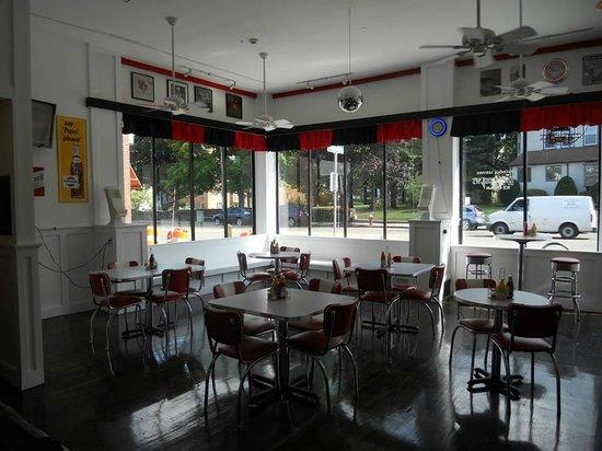 Retro Burger & Ice Cream: Dining Room