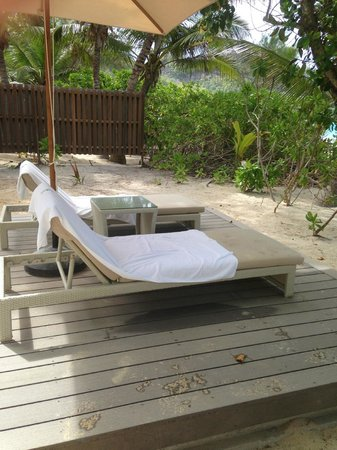 Banyan Tree Seychelles: Towels and sand dirt the following day