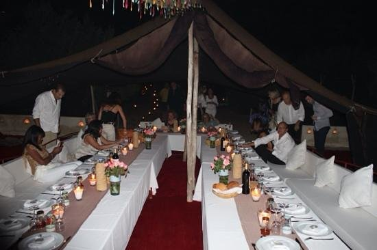 La Pause: la table sous la tente