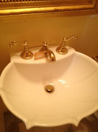 Hotel Monteleone : gold faucets