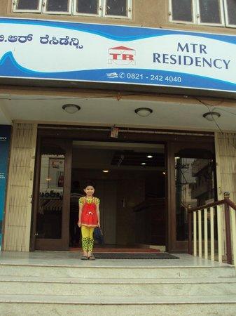 Mannar's Residency: Hotel entrance....