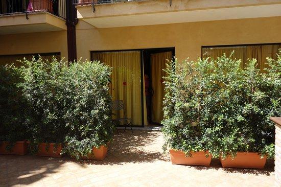 Residence degli Agrumi: entrance to our apt.