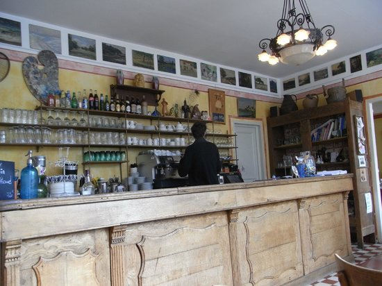 Restaurant Baudy : the bar, with friendly waiter preparing our coffees