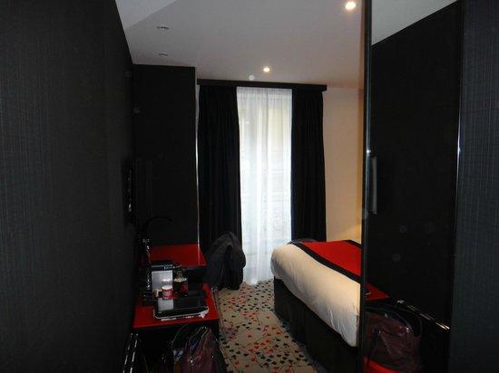 Hotel Splendor Elysées : Room (as seen when entering it).