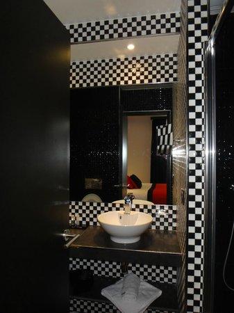 Hotel Splendor Elysées : Bathroom (as standing in its doorway).