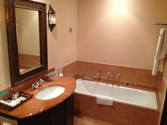 Mercure Grand Hotel Seef: Bathroom