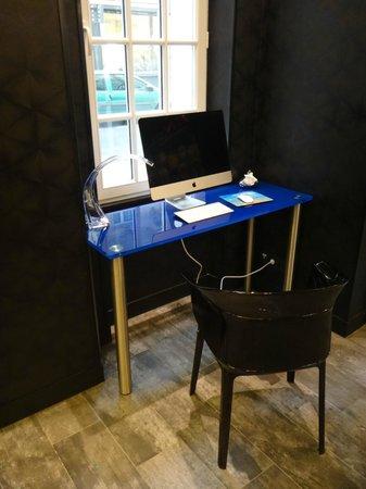 Hotel Splendor Elysées : Computer station in the lobby.