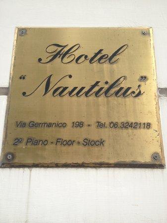 Nautilus Hotel: foto  da  placa  do  hotel  na  fachada  do  prédio