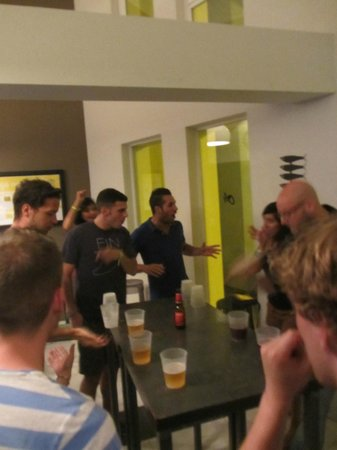 Oasis Backpackers' Hostel Malaga: drinking games in the lobby(before night out clubbing)