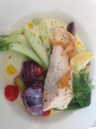 Laxbutiken in Heberg: Kokt lax med basilikumsaus og grønnsaker