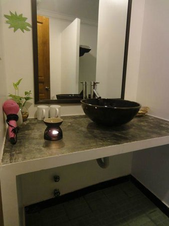 La Niche d'Angkor Boutique Hotel : Very nice bathrooms. Notice the incense burner that was filled daily with aromatic essential oil
