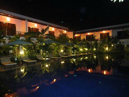 La Niche d'Angkor Boutique Hotel : Pool area at night