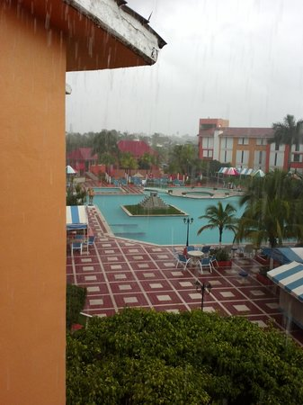 Hotel Cozumel and Resort: rainy day view of pool