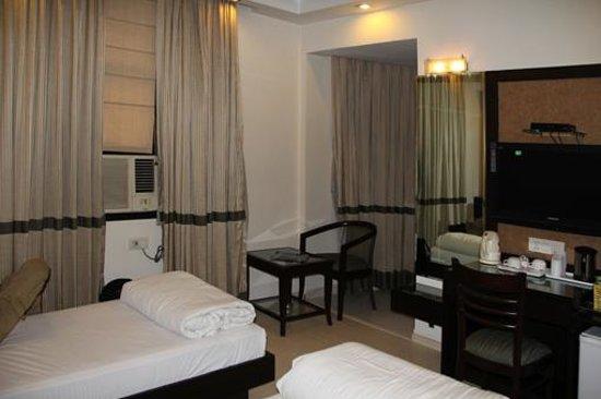 Hotel Saar Inn : Quarto com 2 camas de solteiro. Ar e ventilador no teto.