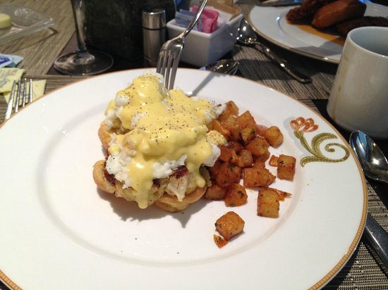 Gallery Restaurant at The Ballantyne Hotel: Crab Cakes for Brunch being shared