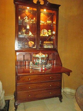 Hotel Can Pamplona: Antigüedades en recepcion