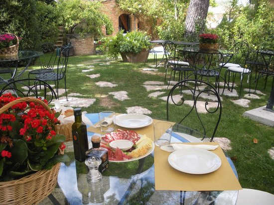 Villa Cicolina: Alfresco snacking in the garden