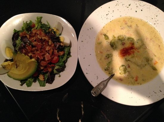 Greenbriar Inn: Delicious cheddar broccoli bacon soup and a house Cobb salad