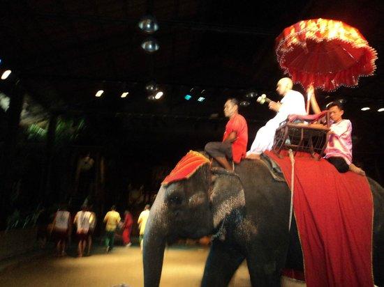 Sampran Riverside: show