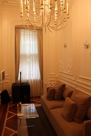 The House Hotel Galatasaray: Sitting room - Deluxe Suite