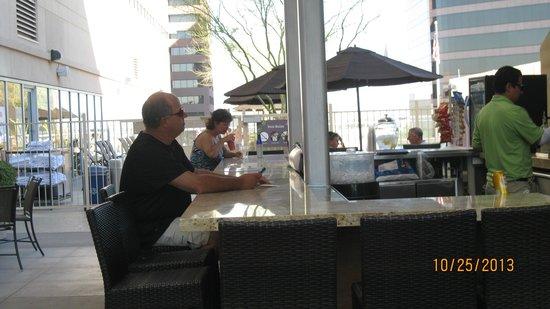 Sheraton Grand Phoenix : The Breeze outdoor bar