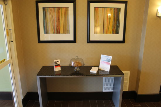 Holiday Inn Express Hotel & Suites Starkville: Enjoy a fresh baked cookie when you check-in