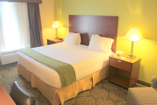 Holiday Inn Express Hotel & Suites Starkville: King standard room.