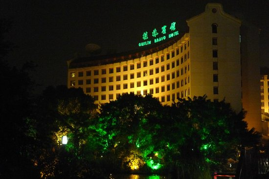 Guilin Bravo Hotel: Hotel night time