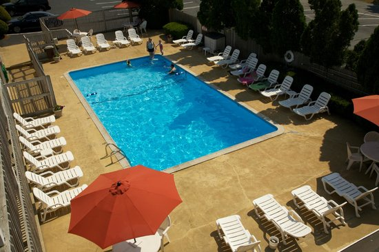 Holiday Hill Inn & Suites: Pool