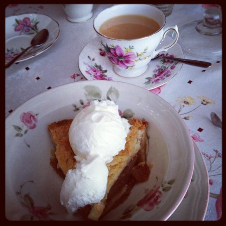 Queen Charlotte Tea Room : My apple pie and early grey tea!