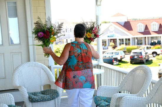 Avonlea, Jewel of the Sea : Decorating the side porch