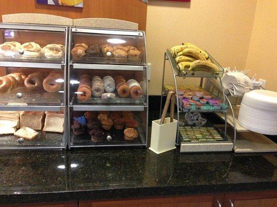 Holiday Inn Express Hotel & Suites Universal Studios Orlando: Não sofra pela falta do pão de queijo e da broa de fubá. Aproveite os donnuts e seja feliz.
