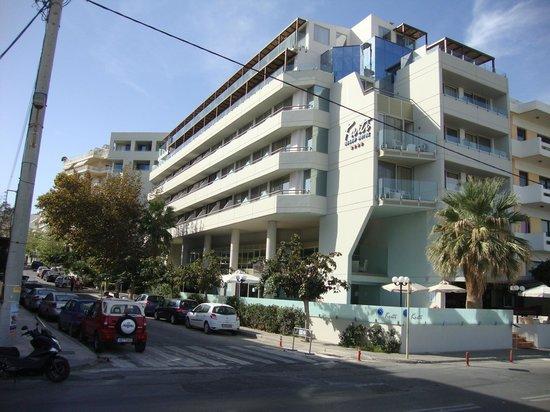 Kriti Beach Hotel: Ansicht des Hotels von der Strasse aus