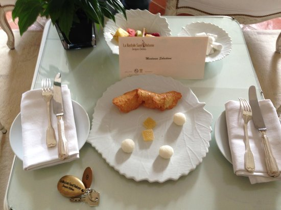 La Bastide Saint Antoine Jacques Chibois: sweets in the room