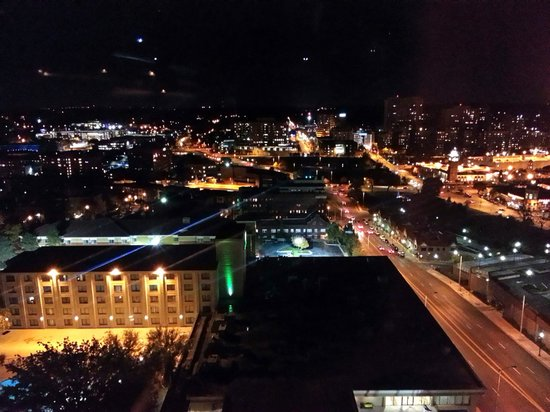 Kansas City Marriott Country Club Plaza: Our room on 18th floor at night.