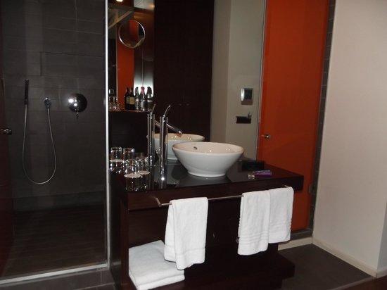 987 Design Prague Hotel : salle de bain - lavabo