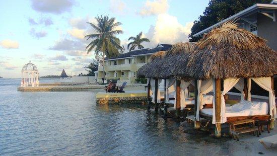 Sandals Royal Caribbean Resort and Private Island: Cabañas en la playa