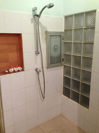 Maninarakorn Hotel: Mold in the Shower and no hot water - only luke warm