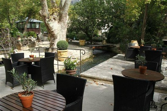 Hotel du Poete : Tables in the garden on spring flows