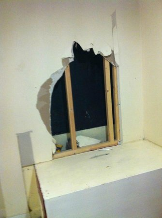 Britannia Hotel - Aberdeen: hole in the wall in corridor!