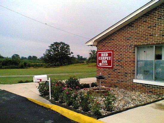 Dix, IL: red carpet inn Office