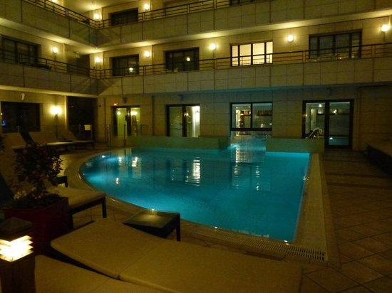 Hyatt Regency Nice Palais de la Mediterranee: Night time view of the Pool