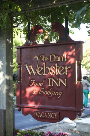 Dan'l Webster Inn & Spa: Sign of the hotel (not Plastic)