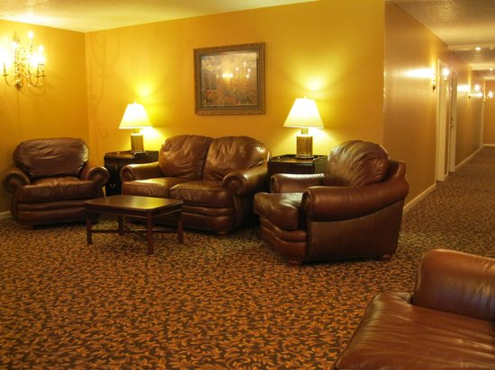 Meadowbrook Inn & Suites : Third floor sitting area