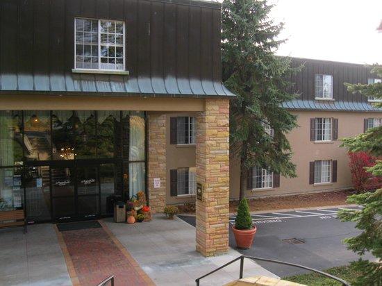 Meadowbrook Inn & Suites: Exterior