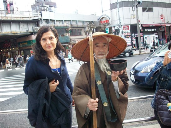 Ameyoko Shopping Street : un monaco che chiede l'elemosina