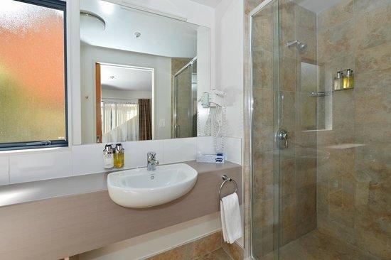 Bella Vista Motel Whangarei: Executive and Compact studio bathrooms