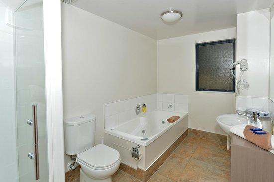 Bella Vista Motel Whangarei: One bedroom unit bathroom