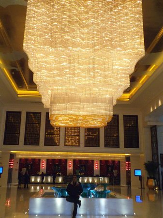 Wyndham Grand Plaza Royale Colorful Yunnan Kunming: The crystal chandelier in the hotel lobby