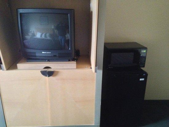 Days Inn Greeneville: TV, fridge, and microwave